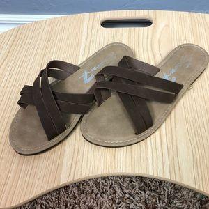 🐢Seven7 sandles size 8!
